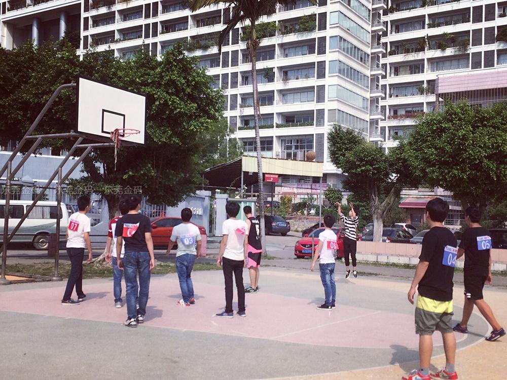 东莞北大青鸟精彩篮球赛T111班与T114班激烈对打现场