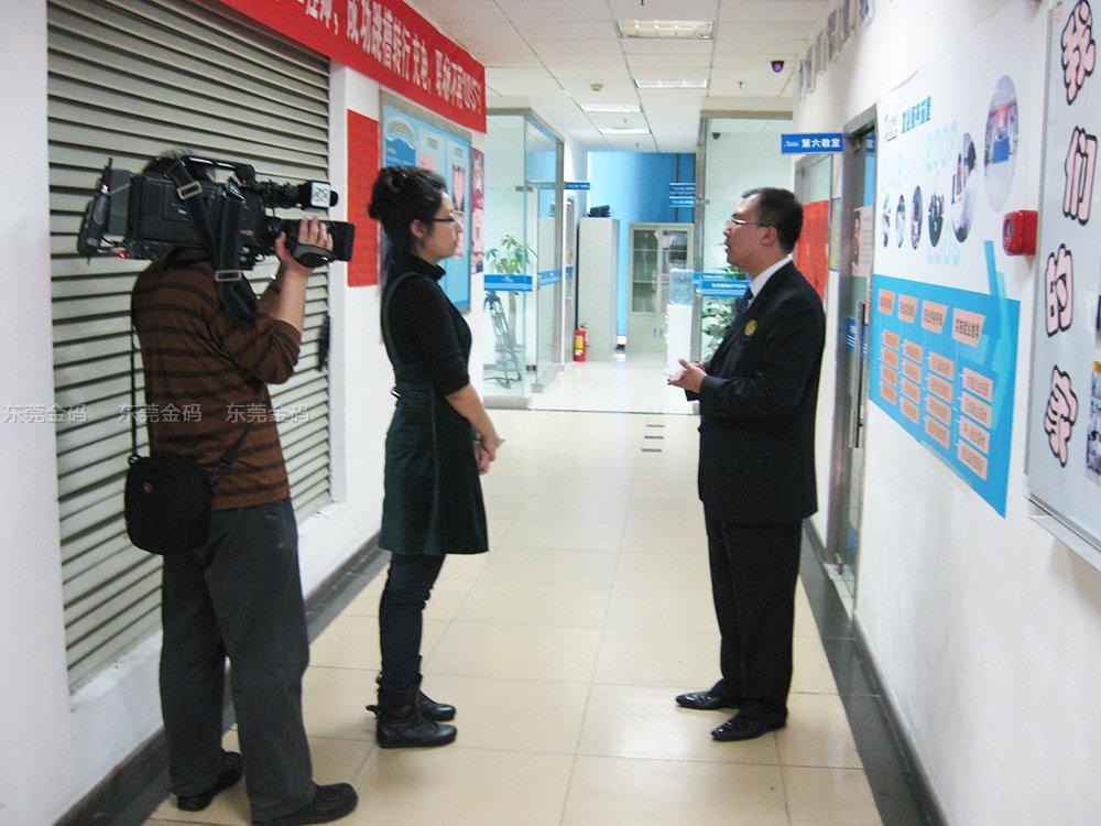 CCTV2记者在采访嘉华教育总经理金雨
